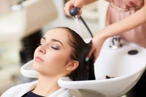 Nuoren naisen hiusten pesu