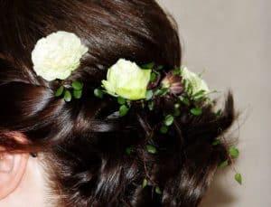 Kukka-asetelma naisen hiuksissa